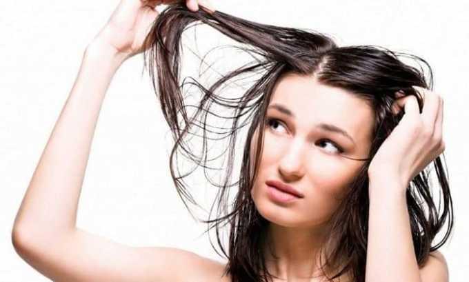 При появлении болезни начинают выпадать и ломаться волосы