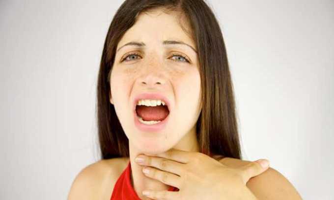 У больного изменяется голос, ему становится трудно глотать, дышать, в области шеи возникает чувство сжатия или удушения