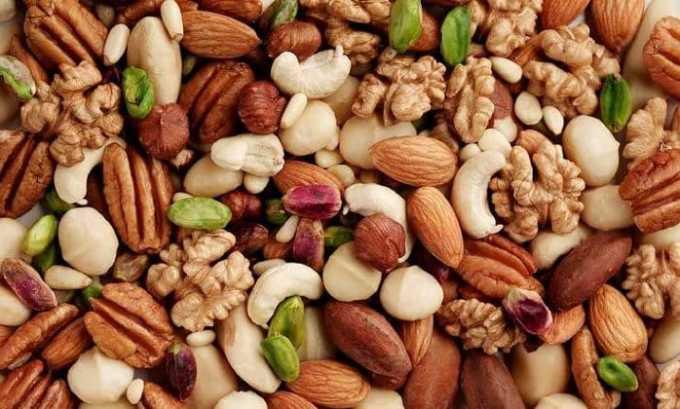 Следует употреблять в достаточном количестве орехи. Они не только вкусные, но и очень полезные