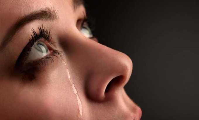 При развитии тиреотоксикоза существует риск развития конъюнктивита. Человек редко моргает, а глаза начинают слезиться