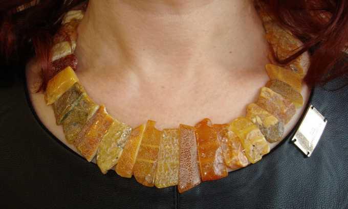 Длина бус должна обеспечить плотное прилегание янтаря к коже в области больного органа