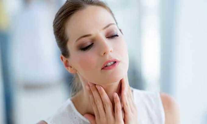 Клиническая картина заболевания зависит от активности тканей опухоли, однако имеются и общие симптомы. К примеру, больной жалуется на то, что шея опухла