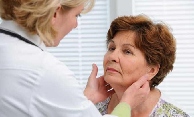 На первом приеме эндокринолог смотрит пациента визуально, проводит пальпирование щитовидной железы, расспрашивает о симптомах и может направить на анализы