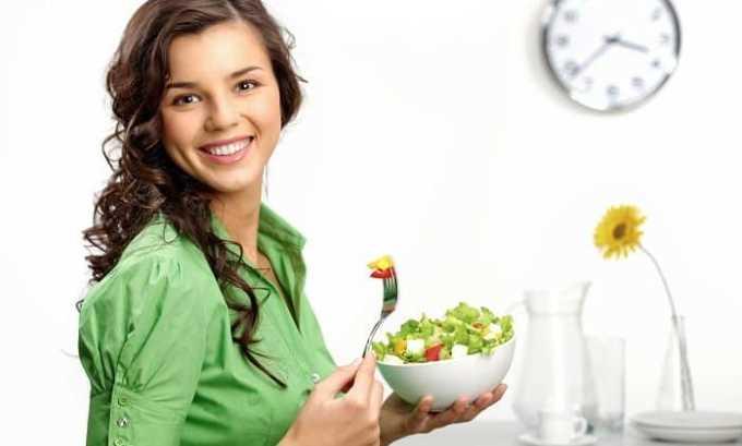 Нужно соблюдать низкокалорийную диету. В ежедневный рацион необходимо включить больше овощей, фруктов, морепродуктов и круп