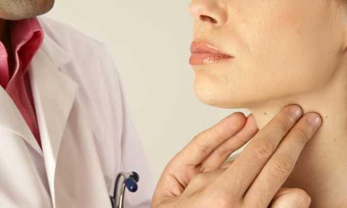 Эндокринолог проводит первичный осмотр методом пальпации шеи