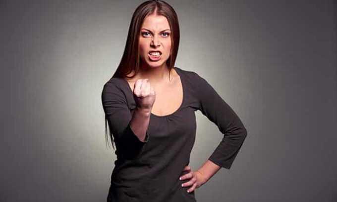 Окружающие могут заметить, как у женщины изменился характер. При тиреотоксикозе проявляется раздражительность и неуравновешенность