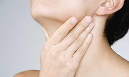 Самодиагностика позволяет выявить наличие патологии при ощущение комка в области гортани