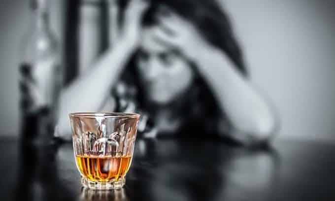 Алкоголь и никотин вызывают отравление организма, нарушение обмена веществ, сбои в работе органов, производящих гормоны