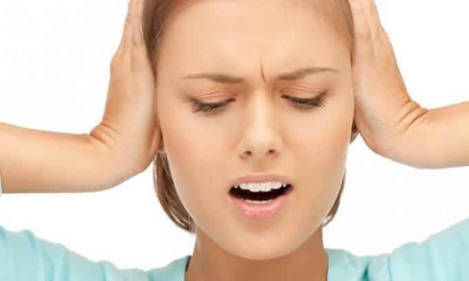 У человека могут появиться резкие боли в области щитовидной железы, иррадирующие в уши