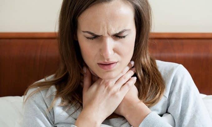 На I стадии развития рака щитовидки у больного возникает затруднение при проглатывании пищи