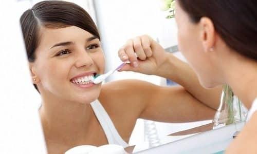 При чистке зубов и умывании важно следить за тем, чтобы вода и слюна не попадали на пол или стены