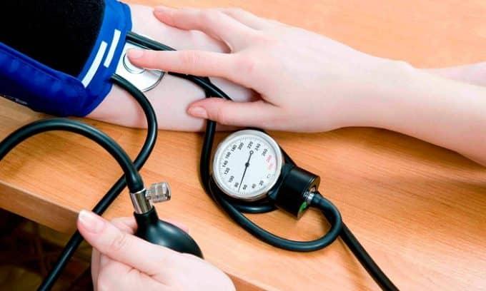 Иногда о болезни сигнализирует повышение систолического и понижение диастолического артериального давления