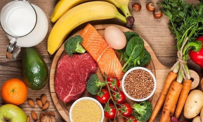 Продукты, содержащие большое количество природного белка, обязательны в рационе, это белое мясо или жирные сорта рыбы и морепродукты. Можно есть семена подсолнечника, орехи (кроме арахиса), растительные масла