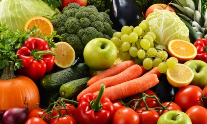 Свежие и приготовленные овощи, фрукты, ягоды, зелень поставляют в организм витамины, клетчатку, микроэлементы