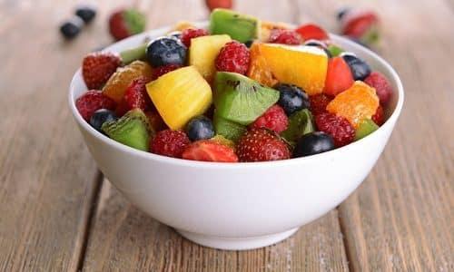 Хороший перекус при гипертиреозе - это фруктовый салат