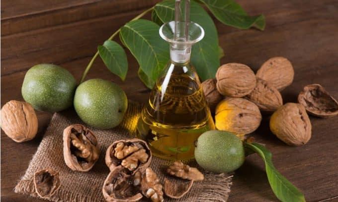 Еще одним эффективным народным средством являются перегородки грецких орехов, настоянные в течение 18 дней на спирту