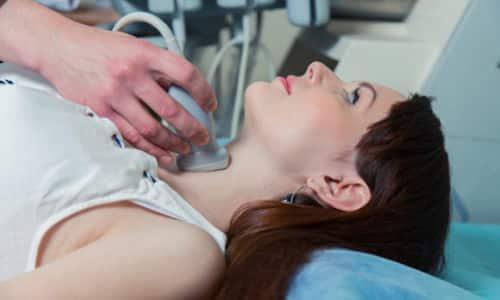 Ультразвуковое обследование щитовидки дает возможность выявить увеличение размеров органа либо определить наличие узлов щитовидной железы