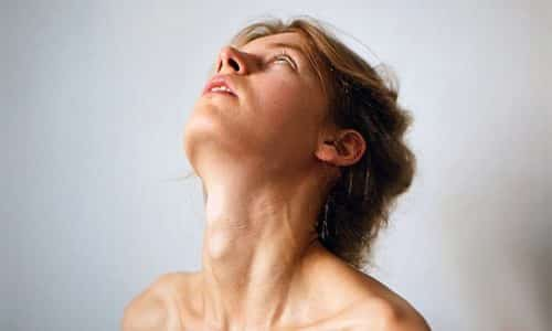 Симптомы заболевания щитовидной железы у женщины характеризуются большим разнообразием, что зависит в первую очередь от степени выраженности патологического процесса