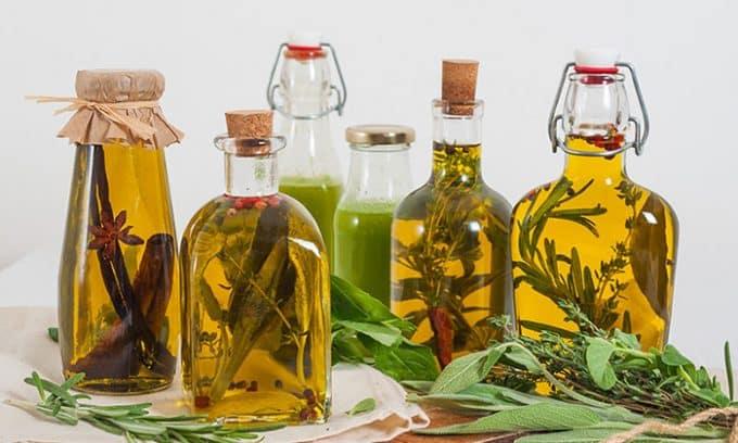 Рекомендуется смазывать шею перед сном масляной вытяжкой из лекарственных трав: дурнишника обыкновенного, кирказона, череды, донника или чистотела