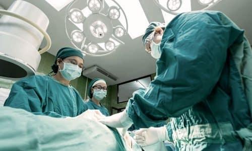 Если щитовидная железа увеличена более чем в два раза, прибегают к хирургическому вмешательству