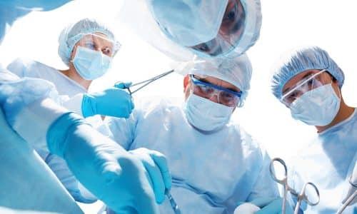 Хирургическое вмешательство (удаление части или доли щитовидной железы) позволяет пациентам избавиться от неприятных симптомов на длительный срок