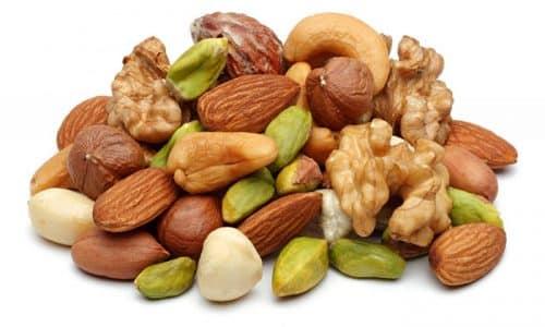 Многие утверждают, что лучшим средством в борьбе с узловыми образованиями являются орехи