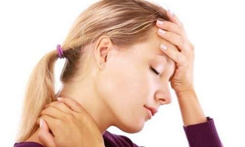 Киста щитовидки обладает следующими признаками: першение в горле, чувствуется небольшое уплотнение в области щитовидной железы, озноб, головные боли и т.д