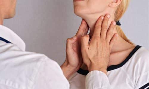 Киста на щитовидной железе является новообразованием, которое наполнено внутри жидкостью. При ее обнаружении необходимо обратиться за консультацией к эндокринологу. Он возьмет под наблюдение это образование