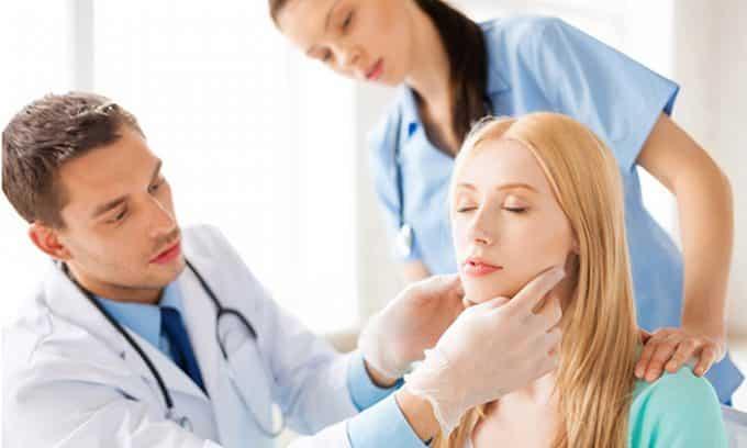 Заподозрить узловой зоб можно на основании визуального осмотра и обследования пациента