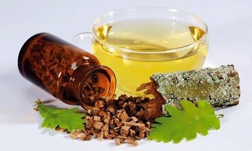 Для лечения болезни можно использовать в качестве компресса отвар из дубовой коры