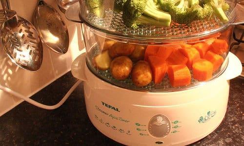 Людям с гипертиреозом рекомендуют готовить пищу с помощью пароварки