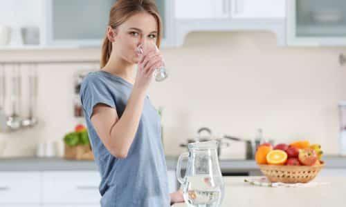 Во время диеты ежедневно нужно употреблять около 2 л чистой воды