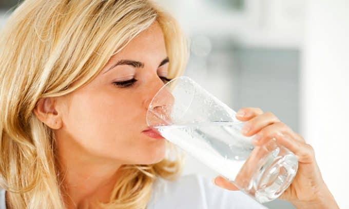 Проверить наличие узлов в щитовидке можно при помощи питьевой воды. Для этого необходимо встать напротив зеркала, поднять голову и медленными глотками выпить стакан жидкости. Если при глотании видны движения кадыка, а в области щитовидки не происходят никакие изменения, значит, состояние органа в пределах нормы