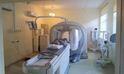 Альтернативой резекции является радиойодтерапия - пероральное введение в организм больного искусственного изотопа йод-131, разрушающего тироциты щитовидной железы