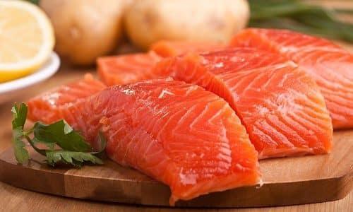 Чтобы в достаточном количестве получить тирозин, следует употреблять красную рыбу