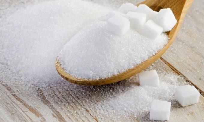 Врачи настоятельно рекомендуют исключить из рациона сахар при аутоиммунном тиреоидите