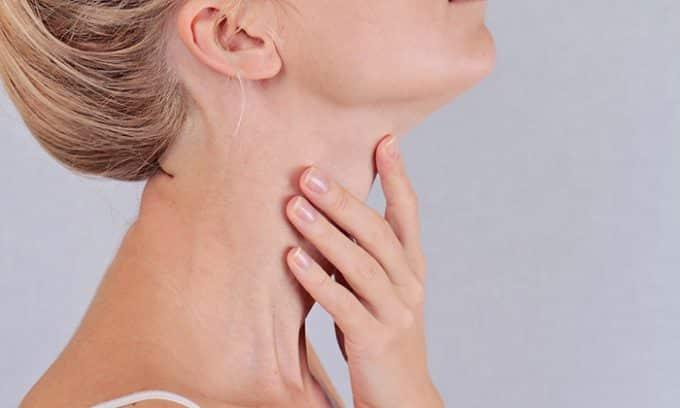 При эутиреозе наблюдается увеличение размеров щитовидной железы. Больной может испытывать некую сдавленность в горле