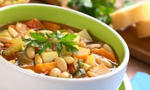 На обед лучше всего приготовить суп с фасолью