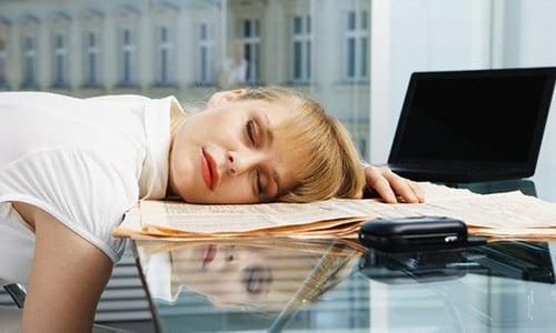 Часто пациенты жалуются на слабость, чрезмерную утомляемость и наличие болезненных ощущений в области головы и сердца