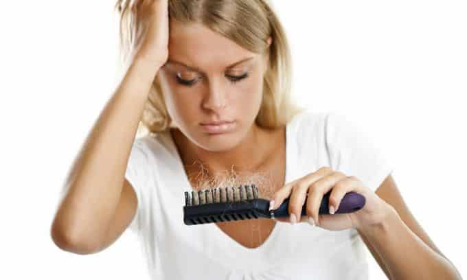 Человек отличается плохим состоянием кожи из-за ее сухости и выпадением волос