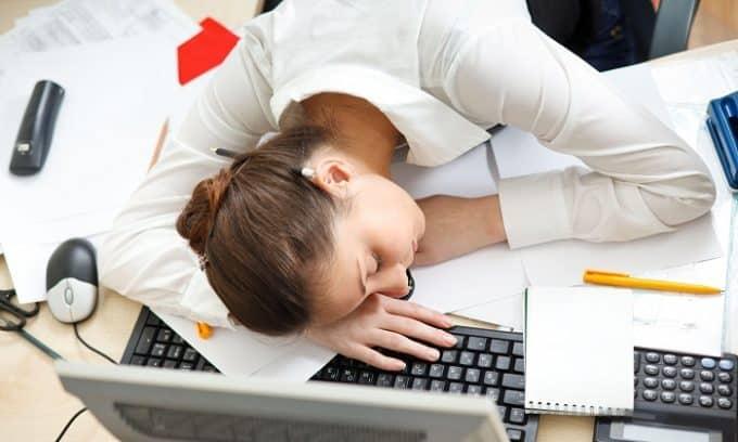 В некоторых случаях при развитии патологии человек чувствует себя усталым