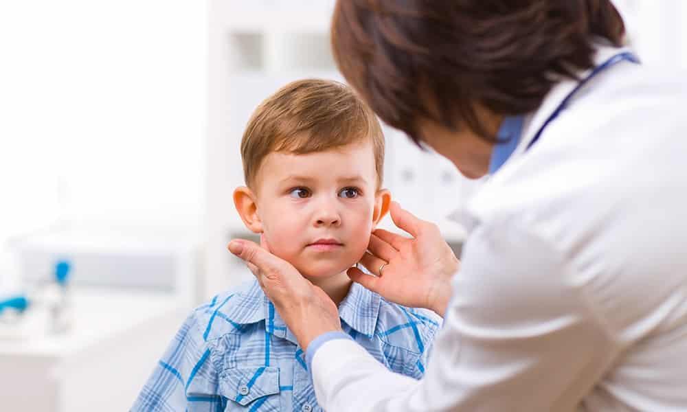 Заболевания щитовидной железы у детей диагностируются намного реже, чем у взрослых, однако для неокрепшего организма гормональные патологии могут иметь особенно тяжелые последствия